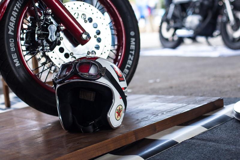 ヘルメットとタイヤ